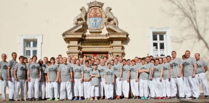 Trainingscamp des International Taekwondo Black Belt Center e.V. auf Schloss Schney - Gruppenfoto im Veranstaltungs-T-Shirt