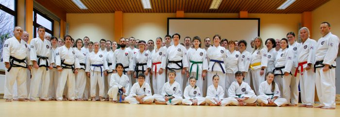 Trainingscamp des International Taekwondo Black Belt Center e.V. auf Schloss Schney - Gruppenfoto nach dem gemeinsamen Taekwondo-Training